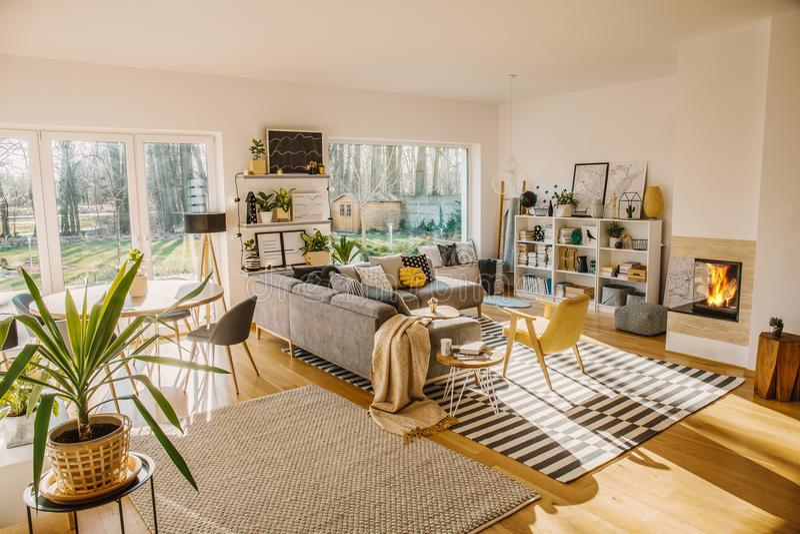 Twee tapijten op de vloer in witte Scandi-woonkamer binnenlandse wi royalty-vrije stock foto