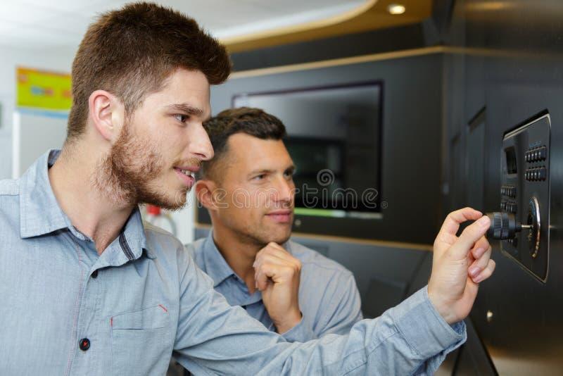 Twee technici die in workshop werken royalty-vrije stock foto's