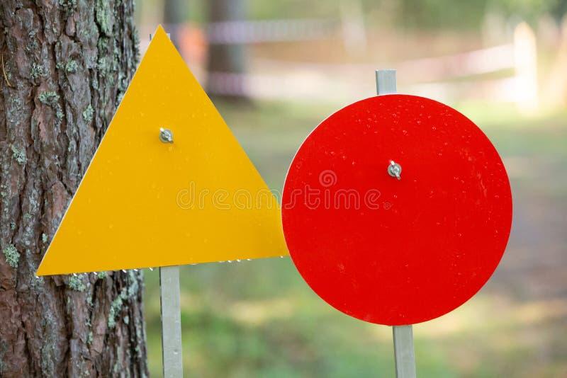 Twee tekens voor het merken van het spoor in hond sledding competities bevinden zich dichtbij de boomstam van de boom royalty-vrije stock foto
