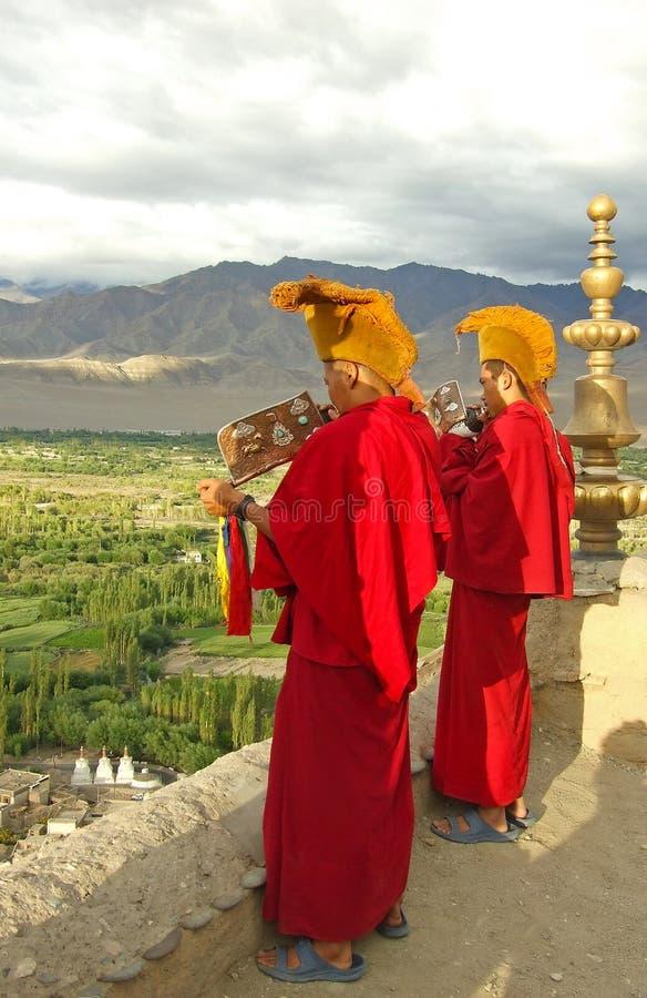 Twee Tibetaanse Boeddhistische monniken die kroonslakken, India blazen stock foto