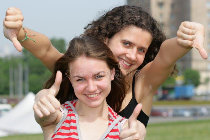 Twee tienermeisjes stock fotografie