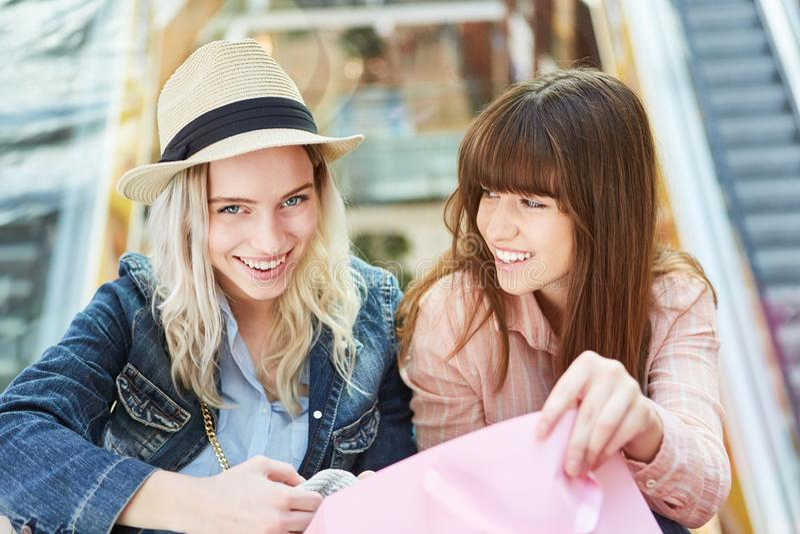 Twee tieners als vrienden het winkelen royalty-vrije stock foto's