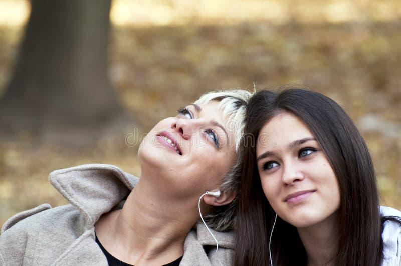 Twee tieners die aan muziek luisteren royalty-vrije stock fotografie