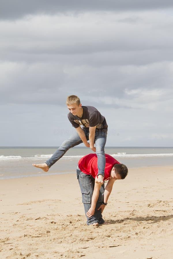 Twee tieners die leapfrog spelen stock foto's