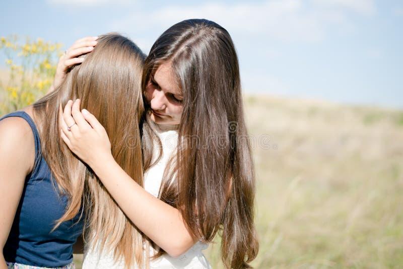 Twee tienersvrienden die het moeilijke concept van de tijdenvriendschap hebben stock afbeeldingen