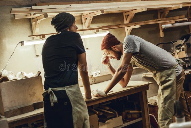 Twee timmerlieden die in workshop werken royalty-vrije stock foto