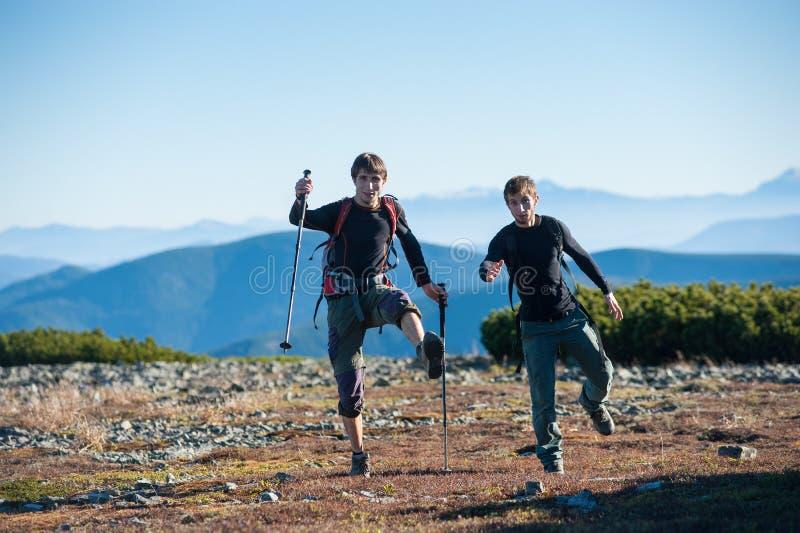 Twee toeristen die pret hebben bij de bovenkant van de berg royalty-vrije stock foto's