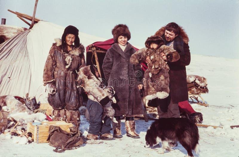 Twee toeristen (Kaukasische man en vrouw) het bezoeken verre post van de inheemse mensen royalty-vrije stock afbeeldingen