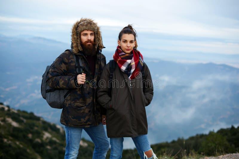 Twee toeristenman en vrouw die zich op een bergbovenkant bevinden royalty-vrije stock foto
