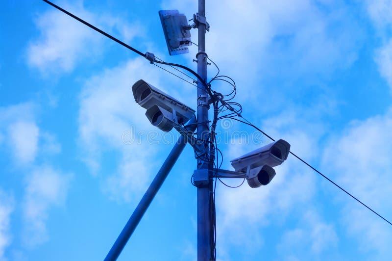 Twee toezichtcamera's en een zender op een pool in de stad tegen royalty-vrije stock foto's