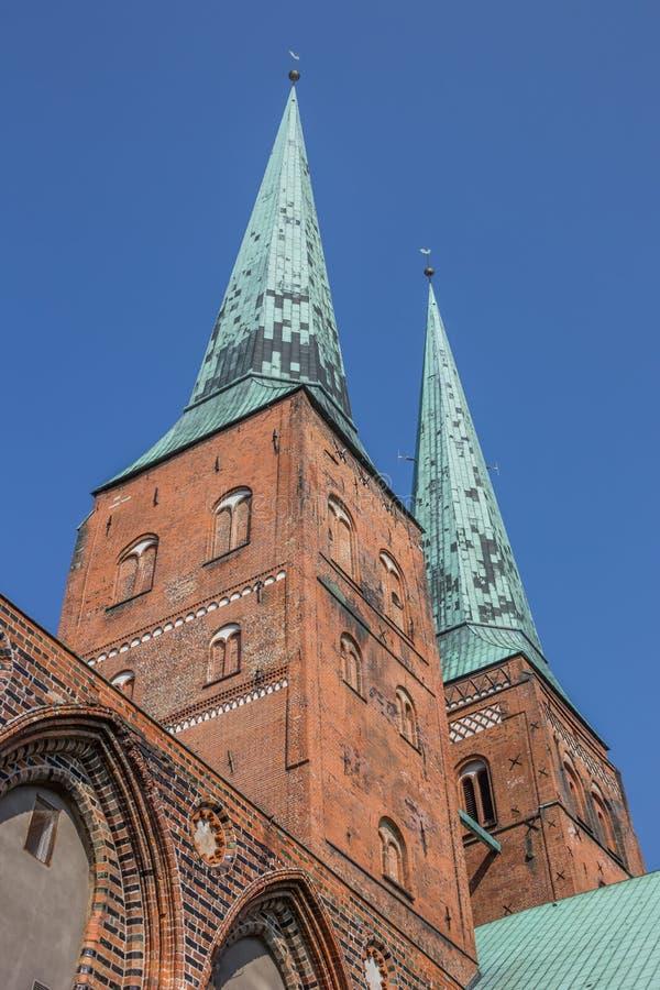 Twee torens van de kathedraal van Lübeck stock afbeelding