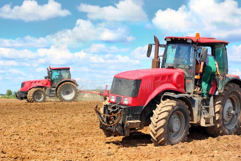 Twee tractoren op het gebied royalty-vrije stock fotografie