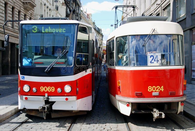 Twee Trams, Praag, Tsjechische Republiek stock afbeelding