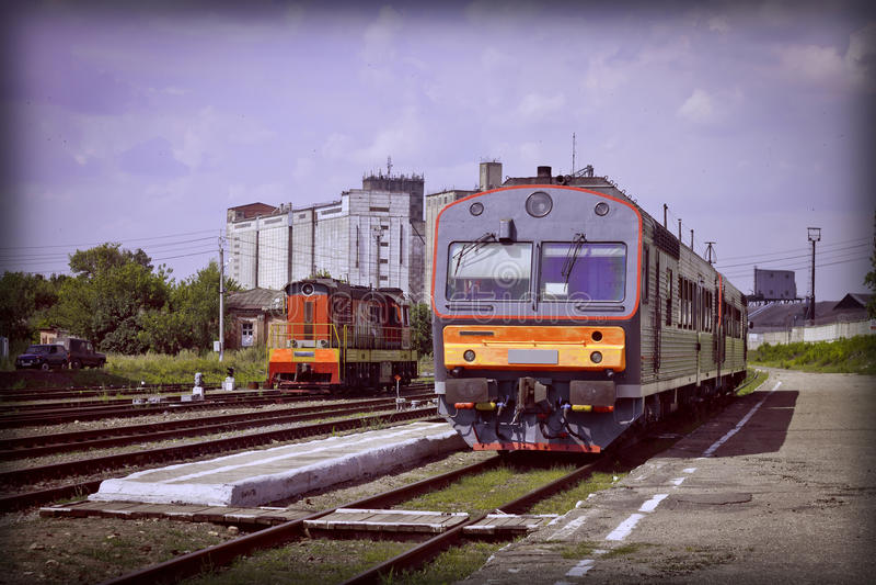 Twee Treinen bij de post De mening van het platform Het stedelijke landschap van de zomer hitte royalty-vrije stock foto's