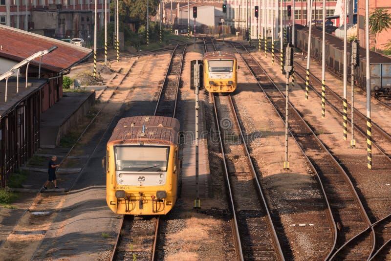 Twee treinen in een station van zeer oud industrieel deel van de stad Zlin, Tsjechische Republiek royalty-vrije stock afbeeldingen