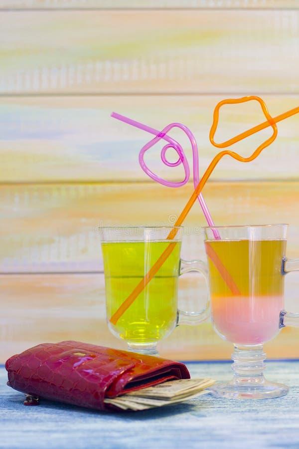 Twee tropische cocktails en een portefeuille stock afbeelding