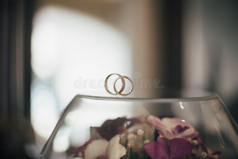 Twee trouwringen op vaas stock foto's