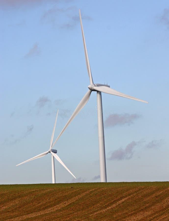 Twee turbines van de Wind stock afbeeldingen