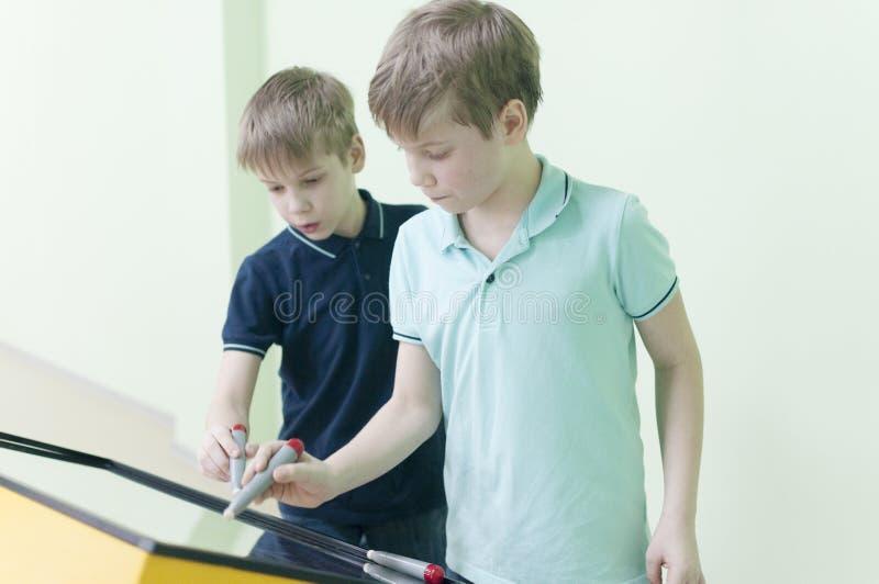 twee tweelingbroers die pret met laptop computer hebben royalty-vrije stock afbeeldingen