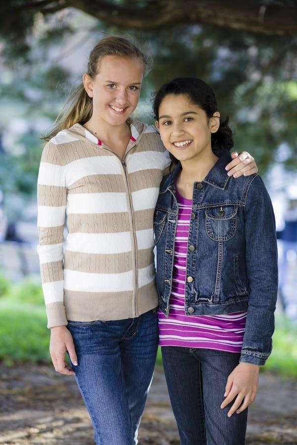 Twee Tween Meisjes in openlucht stock afbeeldingen