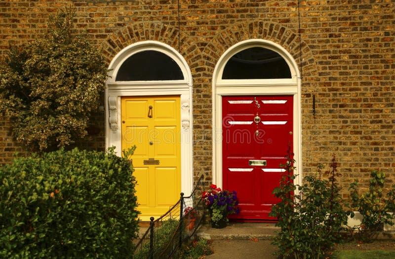 Twee uitstekende Georgische deuren gele en rode kleuren in Dublin, Irela stock afbeeldingen