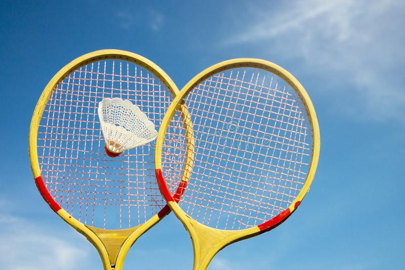 Twee van de badmintonrackets en shuttle het vliegen stock afbeeldingen