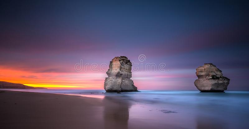 Twee van de twaalf apostelen bij zonsopgang van Gibsons-strand, Groot royalty-vrije stock afbeelding