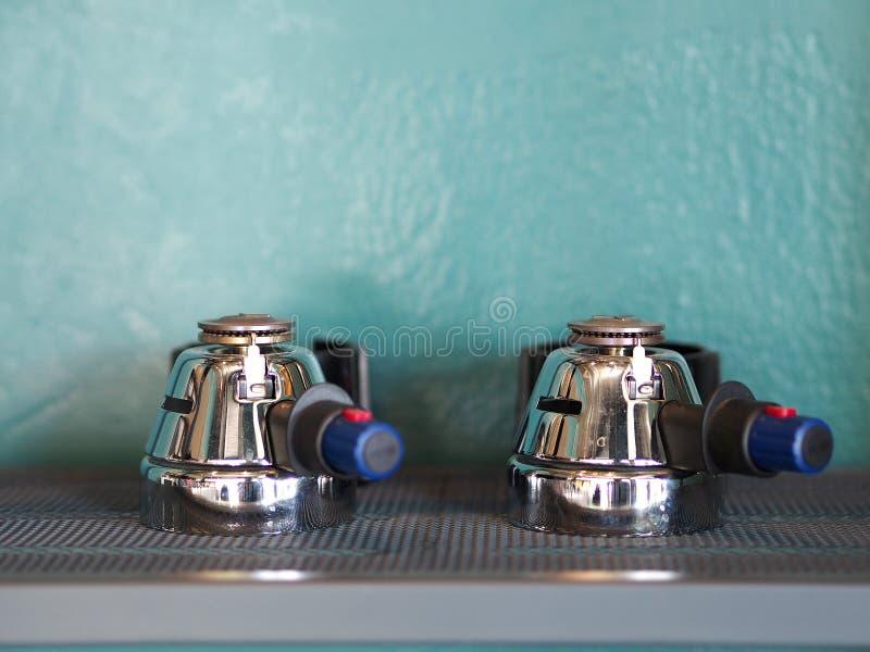 Twee van het handvat van de portafilterkoffie op roestvrije plank royalty-vrije stock foto