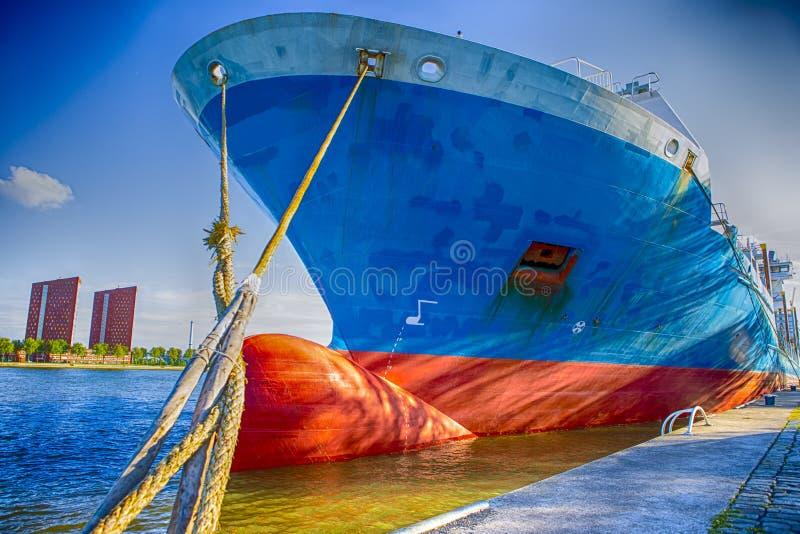 Twee vastleggende Kabels van Foredeck van Overzeese die Tanker bij Pijler wordt vastgelegd stock afbeeldingen