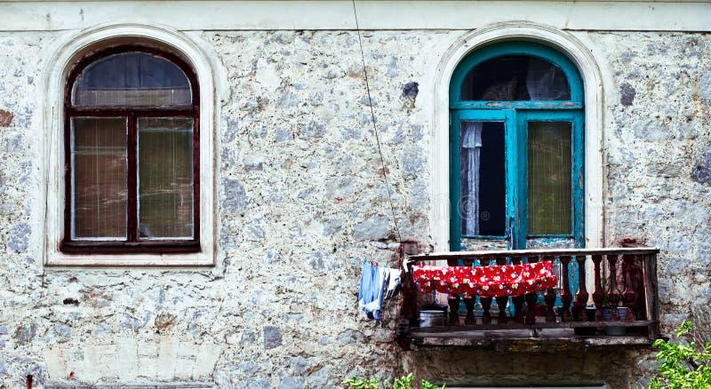 Twee vensters bij de oude bouw in Crimia, Yalta stock afbeelding