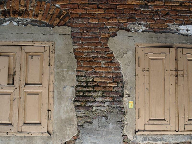 Twee vensters op baksteen royalty-vrije stock foto's
