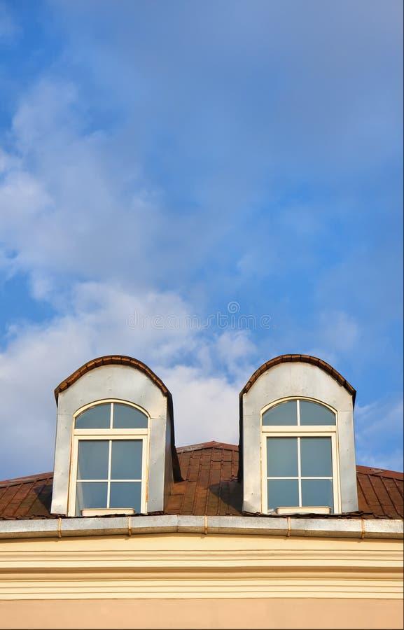 Twee vensters in zolder stock foto's