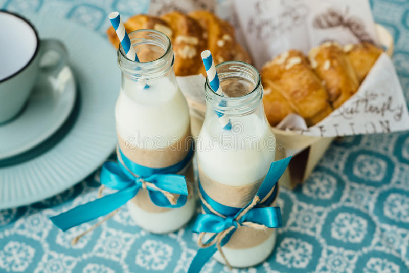 Twee verfraaide flessen melk en twee croissants royalty-vrije stock foto