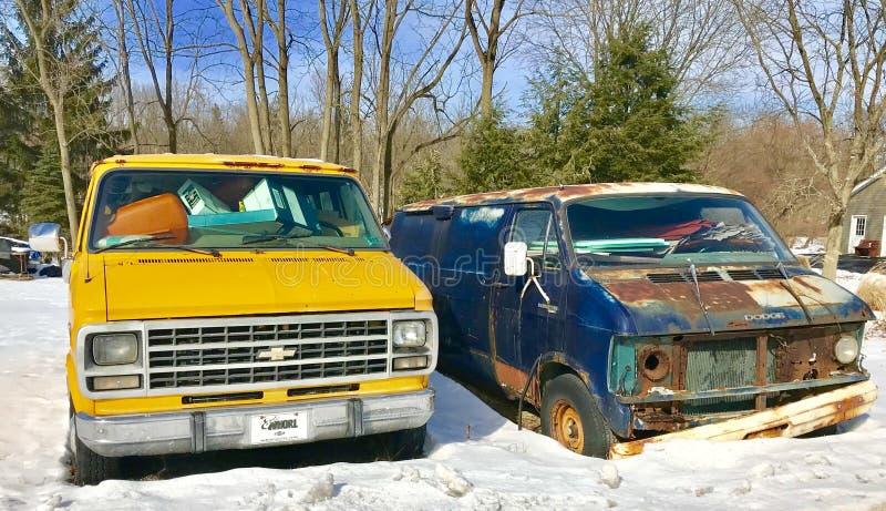 Twee verlaten bestelwagens royalty-vrije stock foto's