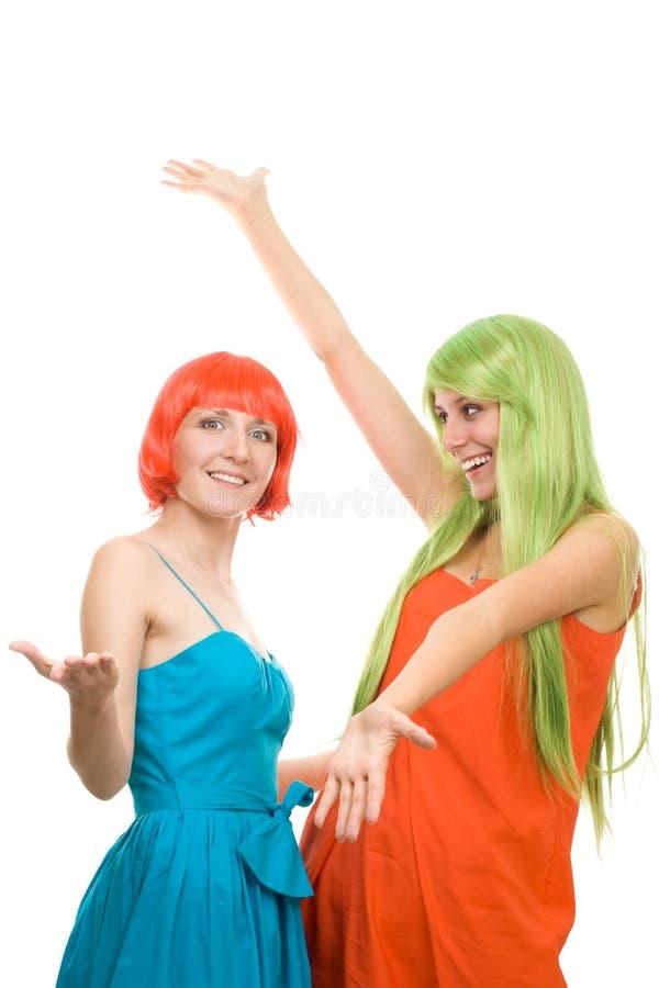 Twee verraste jonge vrouwen met kleurenhaar stock afbeelding