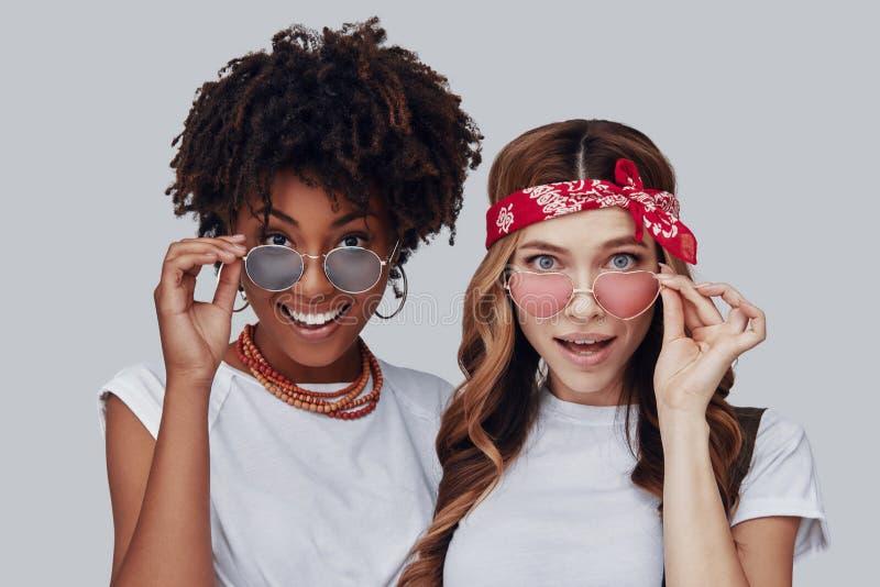 Twee verraste jonge vrouwen royalty-vrije stock foto's