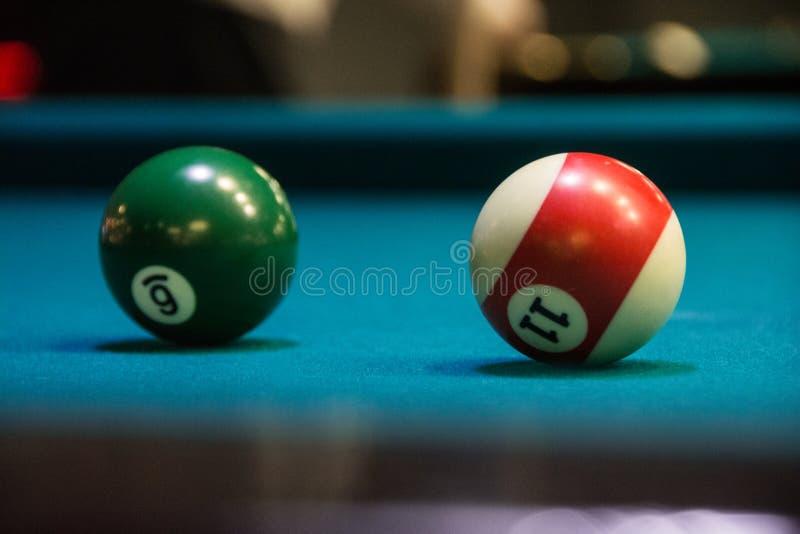 Twee verschillende ballen voor biljart stock foto's