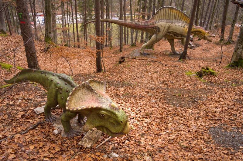 Twee verschillende dinosaurusmodellen in Dino Park Rasnov, het enige park van het dinosaurusthema in Roemenië royalty-vrije stock foto