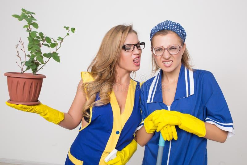 Twee verschillende reinigingsmachines concurreren slecht personeel stock foto's