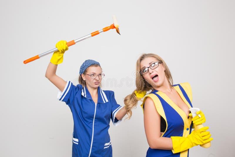 Twee verschillende reinigingsmachines concurreren slecht personeel royalty-vrije stock fotografie