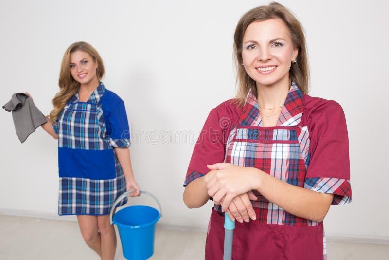 Twee verschillende reinigingsmachines concurreren slecht personeel was stock afbeeldingen