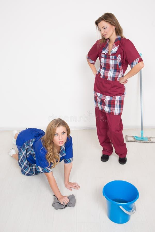 Twee verschillende reinigingsmachines concurreren slecht personeel was stock fotografie