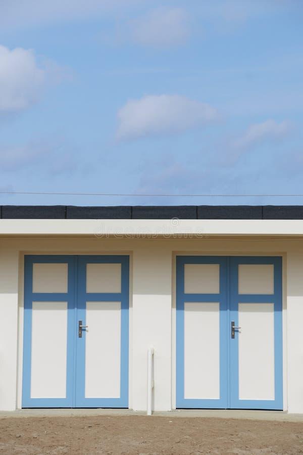 Twee vestiaires voor het strand royalty-vrije stock afbeeldingen
