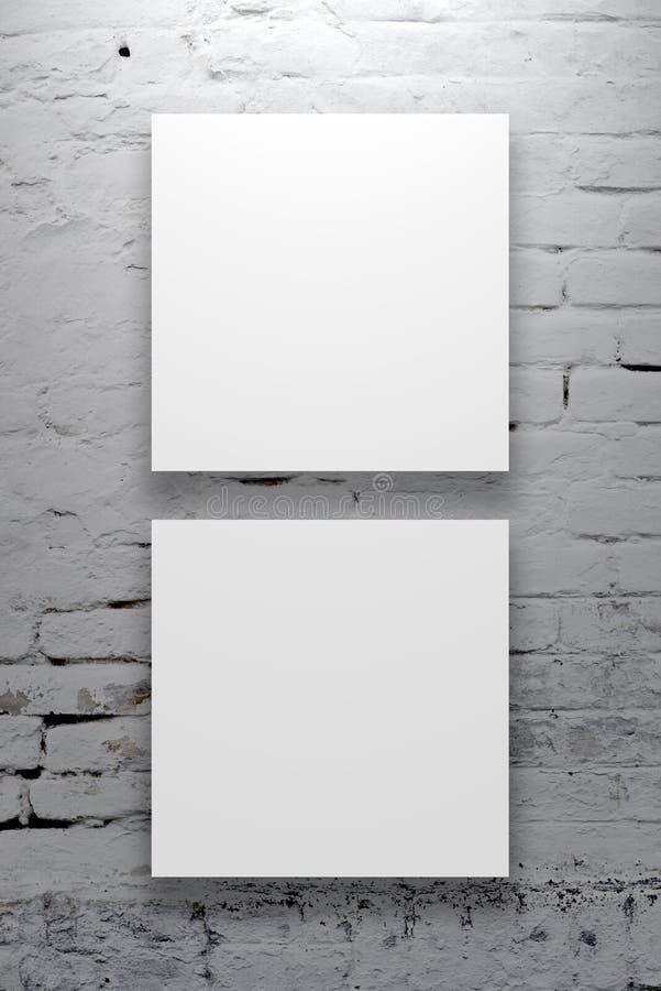 Twee Vierkante Affiches die op de kunstgaleriemuur hangen royalty-vrije stock fotografie