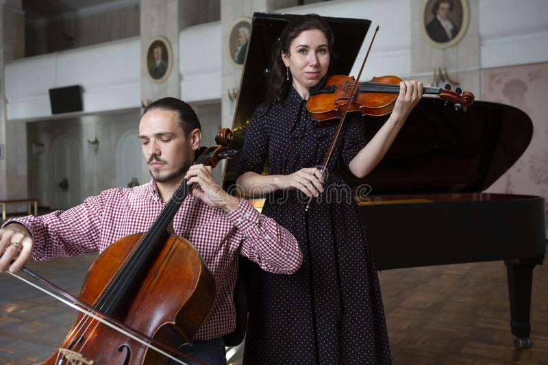 Twee violisten het presteren samen overhandigt dicht omhoog stock fotografie