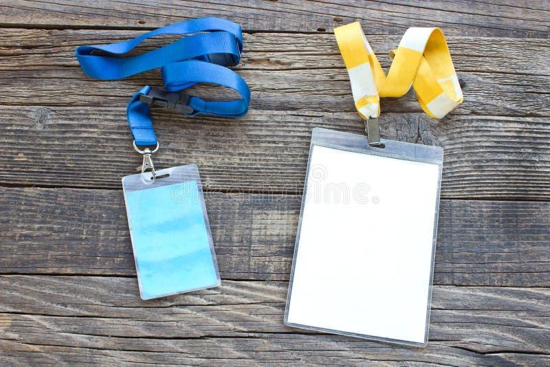 Twee vip kaarten van identiteitskaart met markeringen op houten achtergrond stock foto