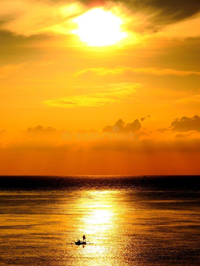 Twee vissers in een boot bij zonsopgang royalty-vrije stock afbeeldingen