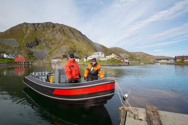 Twee vissers in een boot in de haven stock afbeeldingen