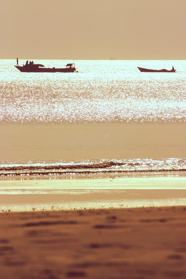 Twee vissersboten backlit tijdens zonsondergang royalty-vrije stock afbeelding
