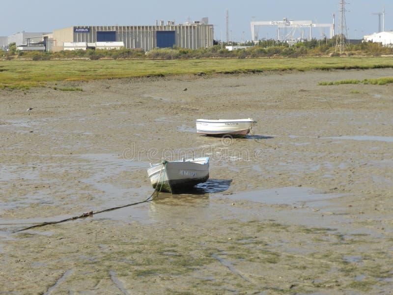 Twee vissersboten in het droge overzees van Cadiz stock afbeelding